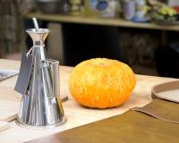 Zoute molens op een houten achtergrond met een sinaasappel Royalty-vrije Stock Afbeeldingen