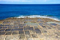 Zoute pannen langs Marsalforn-kustlijn, Gozo stock fotografie
