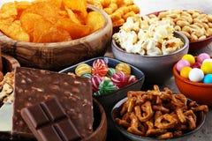 Zoute snacks Pretzels, spaanders, crackers in houten kommen stock afbeelding
