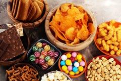 Zoute snacks Pretzels, spaanders, crackers in houten kommen royalty-vrije stock afbeelding