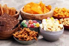Zoute snacks Pretzels, spaanders, crackers in houten kommen royalty-vrije stock foto