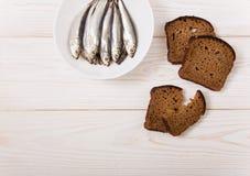 Zoute sprot op de witte plaat met zwart brood Minimalistische stijl Royalty-vrije Stock Fotografie