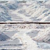 Zoute stapels in zout landbouwbedrijf, India Stock Afbeelding