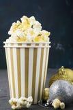 Zoute verse knapperige eigengemaakte popcorn in ceramische kop op de manier lichte achtergrond van witte bakstenen muur in een Ni Royalty-vrije Stock Afbeelding