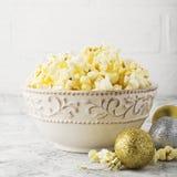Zoute verse knapperige eigengemaakte popcorn in kop op de manier lichte achtergrond van witte bakstenen muur in een Nieuwjaar` s  Stock Fotografie