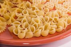 Zróżnicowany makaron na talerzu makro- zdjęcie stock