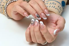 zrób sobie paznokcia polskich produktów Sztuka manicure Nowożytne stylowe piękno ręki z Eleganckimi Kolorowymi modnymi gwoździami Zdjęcia Stock