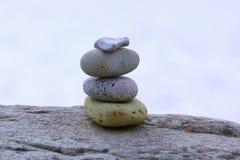 Zrównoważeni kamienie na otoczaku wyrzucać na brzeg podczas zmierzchu Obraz Royalty Free
