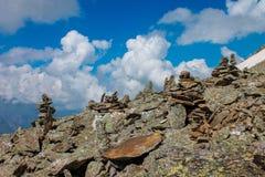 Zrównoważeni kamienie przy wierzchołkiem góra Lato góry ziemia zdjęcie stock