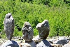 Zrównoważeni kamienie zbliżać Caucasus rzekę Obraz Royalty Free
