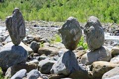 Zrównoważeni kamienie zbliżać Caucasus rzekę Obraz Stock