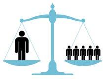 Zrównoważona skala z pojedynczym mężczyzna i grupą Obrazy Royalty Free