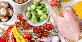 Zrównoważony diety jedzenia pojęcie Owoc, warzywa i kurczaka mięso, obraz stock