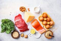 Zrównoważony diety jedzenia tło Proteinowi foods: ryba, mięso, jajka zdjęcia royalty free