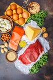 Zrównoważony diety jedzenia tło Proteinowi foods: ryba, mięso, ser obraz royalty free
