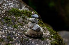 Zrównoważony stos kamienie w rzece obrazy stock