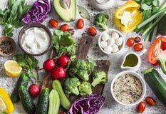 Zrównoważony zdrowej diety karmowy tło w Śródziemnomorskim stylu Świezi warzywa, dzicy ryż, świeży jogurt i koźli ser na lig, Obrazy Stock