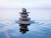 Zrównoważeni Zen kamienie w wodzie Obrazy Royalty Free