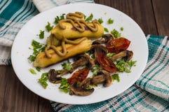 Zraz grula faszerująca z mięso pieczarkami i piec na grillu pomidorami na białym talerzu Drewniany tło Odgórny widok Zakończenie Zdjęcie Royalty Free
