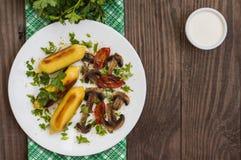 Zraz grula faszerująca z mięso pieczarkami i piec na grillu pomidorami na białym talerzu Drewniany tło Odgórny widok Zakończenie Zdjęcia Stock