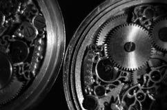 Zredukowane godziny Antykwarski antykwarski clockwork, biżuterii rytownictwo machinalny kieszeniowy zegarek w górę, selekcyjna os zdjęcia stock