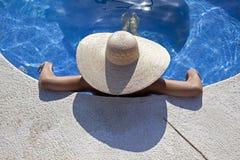 zrelaksowana basen kobieta Zdjęcia Royalty Free