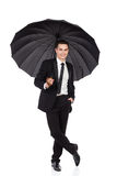 Zrelaksowana biznesmen pozycja z otwartym parasolem Obrazy Stock