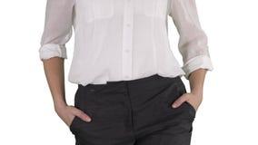Zrelaksowana biznesowa kobieta z odprowadzeniem z rękami w jej kieszeniach na białym tle zdjęcie wideo