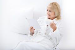 Zrelaksowana dama odpoczywa przy zdrojem zdjęcie stock