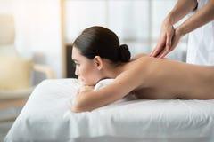 Zrelaksowana dziewczyna dostaje masaż przy piękno salonem fotografia royalty free