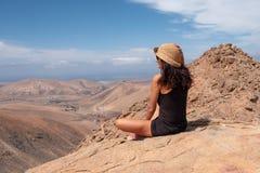 Zrelaksowana dziewczyna patrzeje krajobraz z wierzchu góry zdjęcia royalty free
