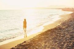 Zrelaksowana kobieta cieszy się słońce piękna plaża Fotografia Royalty Free