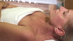 Zrelaksowana kobieta jest na traktowaniu w zdroju salonie zbiory