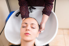 Zrelaksowana kobieta Ma włosy Myjącego w salonie Obraz Royalty Free