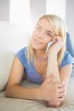Zrelaksowana kobieta używa telefon komórkowego w żywym pokoju Obrazy Royalty Free