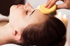 Zrelaksowana kobieta z głęboką czyści posilną twarzy maską stosować Obraz Stock