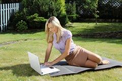 Zrelaksowana kobieta z laptopem Zdjęcia Stock