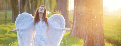 Zrelaksowana kobieta z ogromnymi skrzydłami Obraz Stock