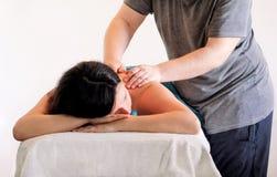 Zrelaksowana kobieta z ręka masażem przy piękno zdroju centrum Zdjęcie Stock