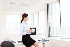 Zrelaksowana Młoda biznesowa kobieta w biurze fotografia stock