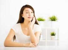 Zrelaksowana młoda piękna kobieta w żywym pokoju fotografia stock
