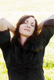 Zrelaksowana młoda kobieta Fotografia Royalty Free