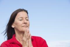 Zrelaksowana skoncentrowana kobieta zamykający oczy Obraz Stock