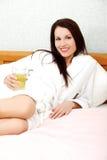 zrelaksowana sok łóżkowa target2339_0_ kobieta Zdjęcie Stock