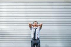 Zrelaksowana szczęśliwa biznesowego mężczyzna mrzonka plenerowa zdjęcia royalty free