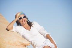 Zrelaksowana szczęśliwa dojrzała kobieta przy wakacje letni Fotografia Royalty Free