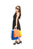 Zrelaksowana Trwanie Żeńska kupujących torba na zakupy strona fotografia stock