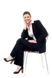 Zrelaksowana uśmiechnięta korporacyjna dama Zdjęcie Stock