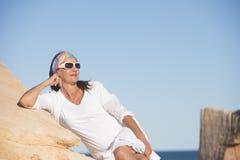 Zrelaksowana ufna dojrzała kobieta przy plażą Fotografia Stock