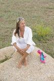 Zrelaksowana ufna kobieta plenerowa z szpilkami Zdjęcie Stock
